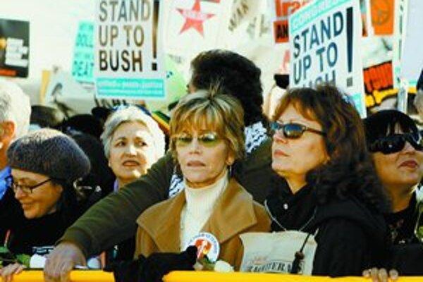 Hollywoodske hviezdy prišli do Washingtonu protestovať proti vojne v Iraku spolu s tisíckami Američanov. Vpravo stojí herečka Susan Sarandonová, v strede Jane Fondová.