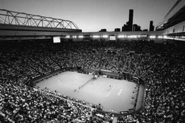 Pohľad na Arénu Roda Lavera v Melbourne pri večernom zápase na turnaji Australian Open.