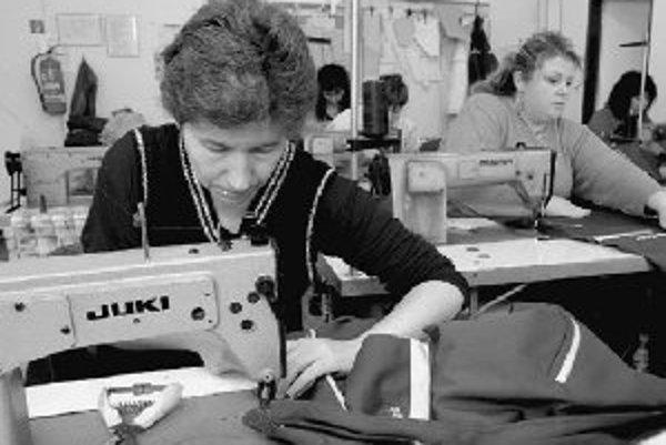 Šesť dlhodobo nezamestnaných ľudí so zdravotným postihnutím našlo prácu v chránenej dielni v obci Drahňov v Michalovskom okrese. Zriadila ju miestna samospráva v spolupráci s michalovským úradom práce, sociálnych vecí a rodiny. Zamestnanci tu kompletizujú