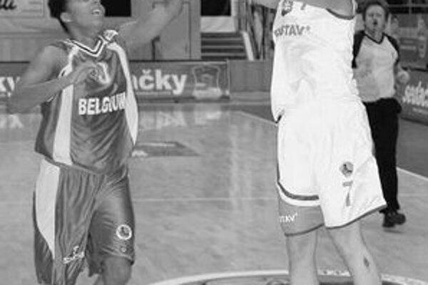 Basketbalistky Slovenska chýbali na ME 2005 a ani na tohtoročný šampionát sa priamo nekvalifikovali. Na snímke strieľa Zuzana Žirková v kvalifikačnom zápase s Belgickom.