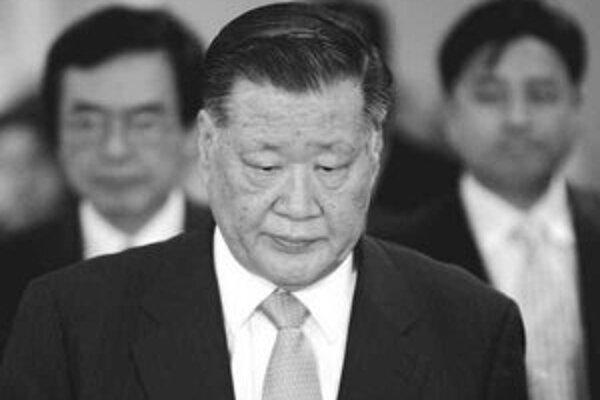 Čong Mong-ku vychádza zo súdnej siene po jeho súdnom procese, ktorý sa konal 5. februára v Soule.