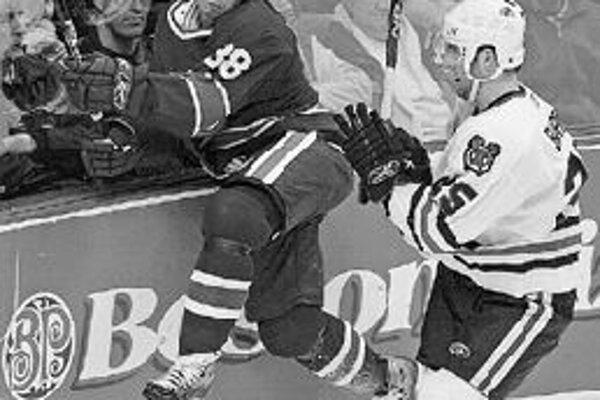 Jana Bulisa (vľavo) z tímu Vancouver Canucks knokautuje Cam Barker. Zo stretnutia NHL Vancouver - Chicago 0:3.