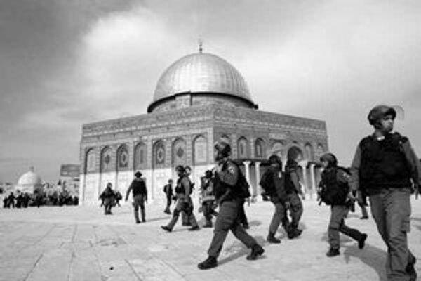 Izraelskí policajti hliadkujú v blízkosti mešity al–Aksá. Pri zrážkach niekoľkých Arabov v Jeruzaleme zranili.