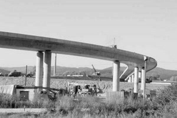 Občania, ktorí predložili ministerstvu dopravy hromadnú pripomienku, žiadajú, aby rezort zamietol návrh kontroverzného zákona o niektorých opatreniach na urýchlenie prípravy výstavby diaľnic ako celok.