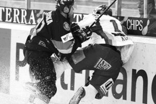 Nemec Martin Ancicka (vľavo) sa zráža s Romanom Kukumbergom. V záverečnom stretnutí Škoda Cupu prehrali hokejisti Slovenska s Nemeckom po samostatných nájazdoch.