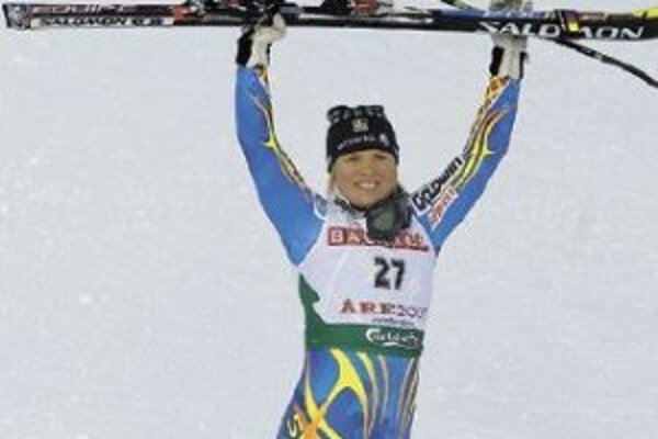 Švédka Anja Pärsonová sa teší po triumfe v zjazde zo svojho tretieho zlata na MS v zjazdovom lyžovaní v Aare.