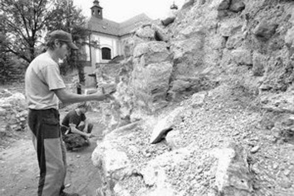 Kláštor začiatkom 20. storočia zanikol, za socializmu časť areálu zaliali betónom a zriadili tu parkovisko. Veľká časť lokality je dnes po archeologickom výskume odkrytá. Výskum potvrdil, že najstaršia časť kláštora mala románske jadro.