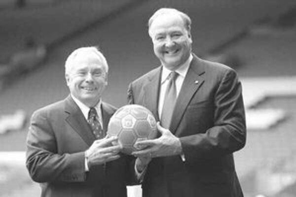 Noví majitelia anglického futbalového klubu FC Liverpool George Gillett (vľavo) a Tom Hicks.