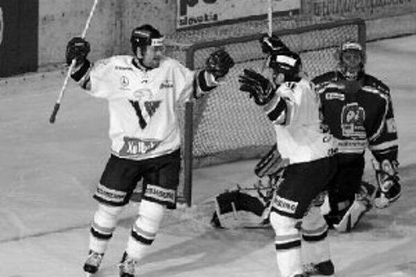 Strelec Marek Vorel (vľavo) a jeho spoluhráč z bratislavského Slovana Miroslav Lažo sa tešia po prvom góle v sieti Nitry. Zápas Nitra - Slovan sa napokon skončil 2:4.