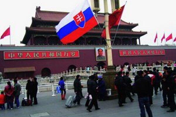 Slovenského premiéra vítali v Pekingu na najvyššej úrovni, jeho prílet komerčnou linkou mnohých prekvapil.