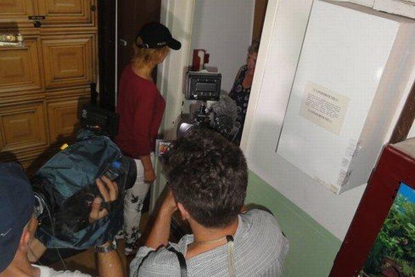 V Nových Zámkoch mali policajti preventívnu akciu. Zistili, že televíznej reportérke stačila policajná čiapka, aby ju ľudia vpustili do bytu.