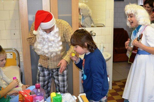 Mikuláš a anjel medzi detskými pacientmi.