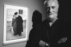 Jindřich Štreit (1946, Vsetín na Valašsku) fotograficky zachytáva život na dedine. Pracoval ako riaditeľ školy v Sovinci, v roku 1982 vzbudili jeho fotografie pozornosť tajnej polície. Štreit sa za to dostal do väzenia a mal zakázané fotografovať. Lenže,