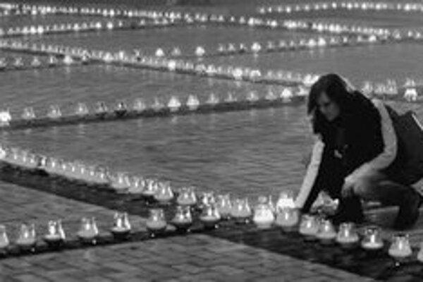 Spomienku na tragický hladomor si Ukrajinci uctili pri pamätníku v Kyjeve. FOTO – TASR/EPA