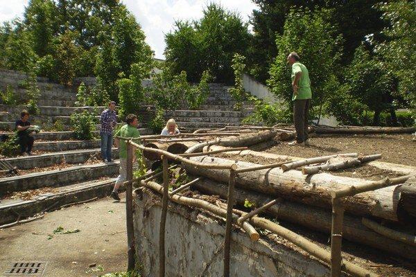 Dobrovoľníci pri obnove amfiteátra.