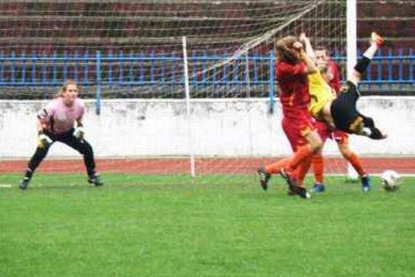 Akrobacia v podaní hráčky FC Union Nikoly Rybanskej v jednom z predchádzajúcich zápasov FC Union - Dúbravka.