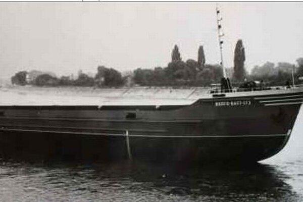 Takmer štyri desaťročia trvala v komárňanských lodeniciach stavba nákladných lodí – najprv pre vtedajší Sovietsky zväz, neskôr pre nemeckého zákazníka. Na fotografii prvý kus zo série riečno-morských nákladných lodí s nosnosťou dvetisíc ton prevážaného to