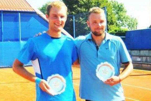 Dvojica L. Zelený a Miroslav Kleman (vpravo) s trfejou po vyhlásení výsledkov turnaja v Michalovciach.