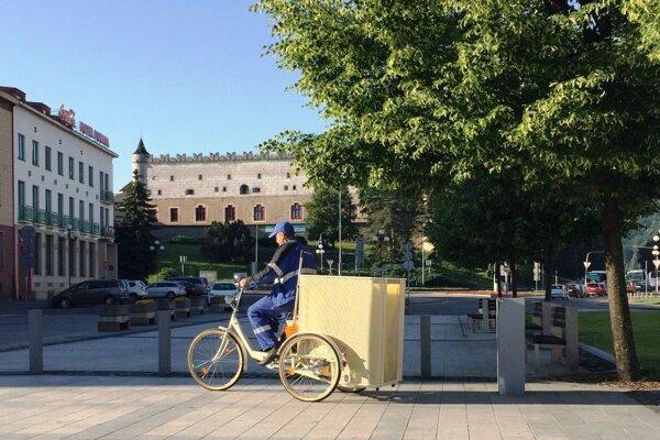 3cykel odskúšali na námestí v stredu. Retro bicyklu bude prispôsobený aj pracovný odev cyklo smetiara.