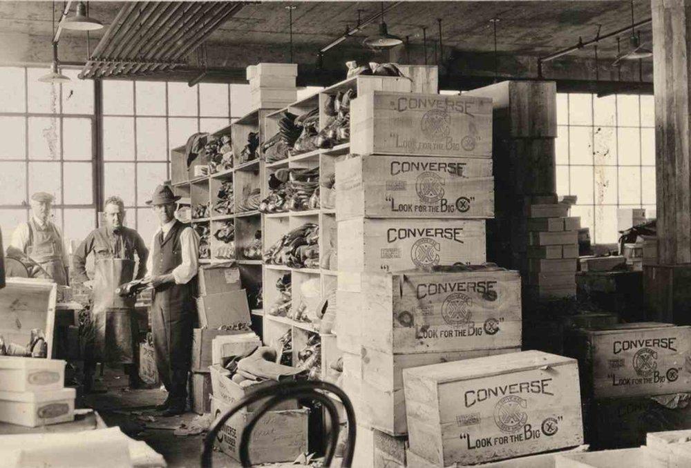 Začiatky Convers Rubber Schoe Company v Massachusets sa začali písať v roku 1908 s pár desiatkami zamestnancov.
