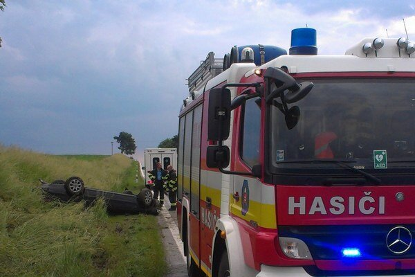 Kabína auta trafila priamo do rigolu vedľa cesty.