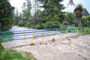 Železná lavička nakoniec náporu vody odolala.