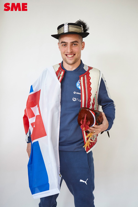 Róbert Mak pri fotení hneď siahol po slovenskej vlajke.