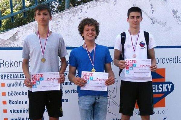 Maroš Ralík (v strede) vyhral skok do výšky. Je žiakom ZŠ Fatranská, v klubových súťažiach reprezentuje AC Stavbár Nitra.