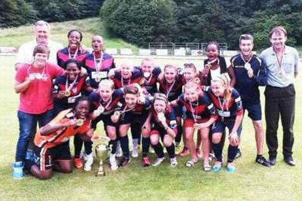 Futbalistky FC Union spolu s realizačným tímom po poslednom zápase sezóny už s medailami a pohárom.
