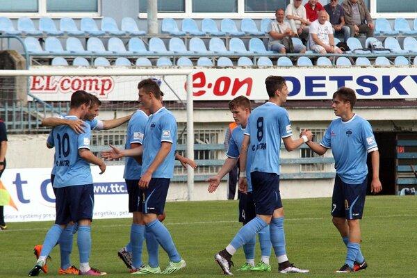 Tromi gólmi sa blysol kapitán Andrej Ivančík. Na snímke je druhý zľava, trochu schovaný za Marcelom Oravcom.