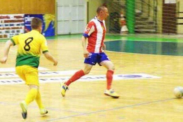Hráč MFK Tupperware Marcel Gašparík (v pruhovanom) dal proti Levičanom dva góly.