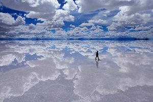 Obrovské prírodné zrkadlo na Salar de Uyuni v bolívijských Andách.