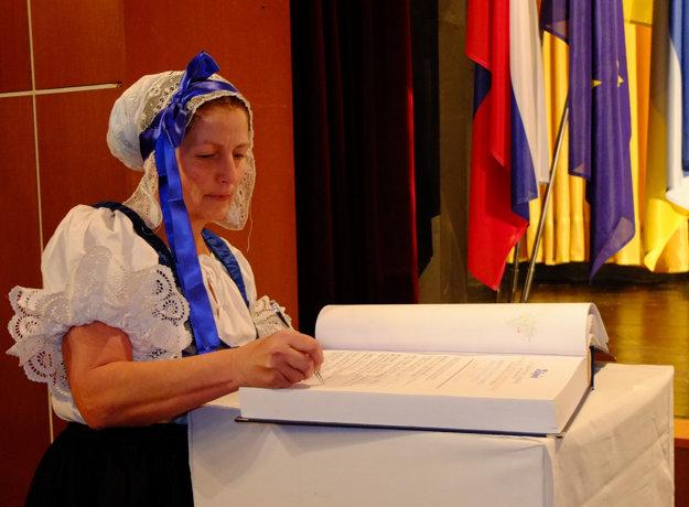 Po ocenenie si prišla Ľudmila Pulišová vo svätokrížskom kroji.