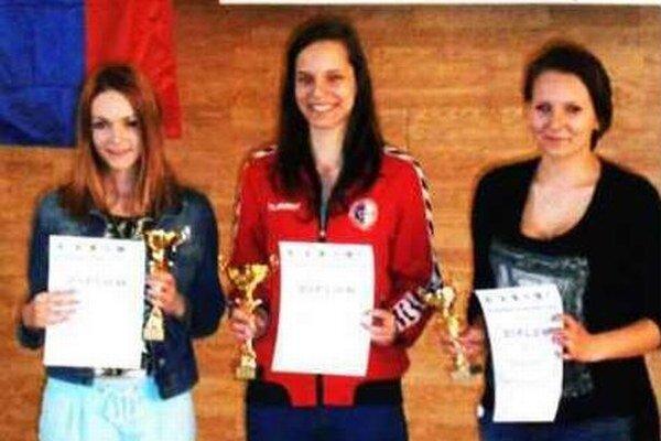 Najlepšie dorastenky v disciplíne VzPu stoj zľava: druhá L. Bohošová (Komárno), víťazka K. Kolárovská (Šaľa), tretia D. Beníková (ŠG Košice).