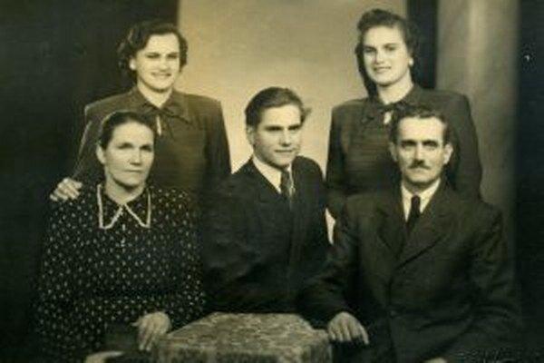 Rodina Matejčíkovcov počas vojny prichýlila vo svoje chalupe židovskú rodinu. Uvoľnili im jednu izbu, sami sa tiesnili v druhej.