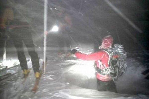 Aj počas záchranných akcií husto snežilo.
