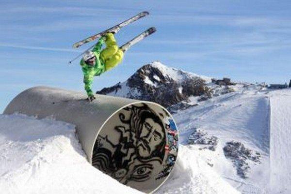 S lyžami na nohách dokáže rôzne triky.
