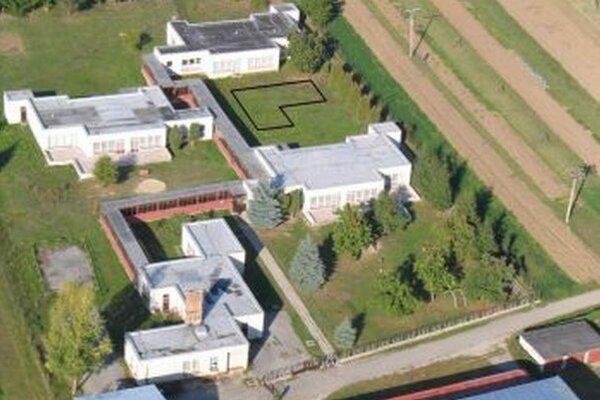 Letecký pohľad na Materskú školu v Belej-Duliciach. Čierny obdĺžnik naznačuje budúce ihrisko.