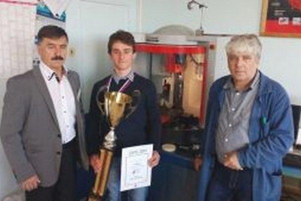 Zľava riaditeľ Spojenej školy Jozef Zanovit, víťaz súťaže Marek Brisuda a majster odbornej výchovy, ktorý žiaka pripravoval na finále – Dušan Urbanec.