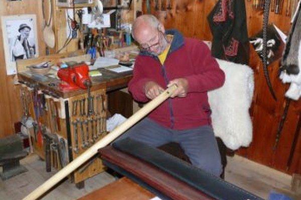 Žiadna práca, ale koníček. Majster vyrába fujary viac ako 50 rokov.