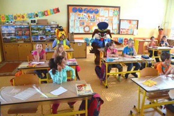 Policajní maskoti navštívili deti v škole.