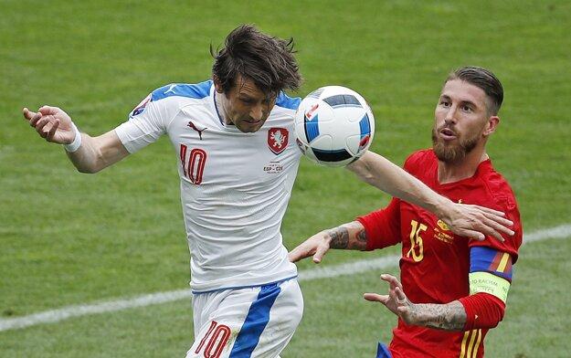 V drese Česka nastúpil aj tridsaťpäťročný Tomáš Rosický (vľavo). Na snímke bojuje o loptu s kapitánom Španielska Sergiom Ramosom.
