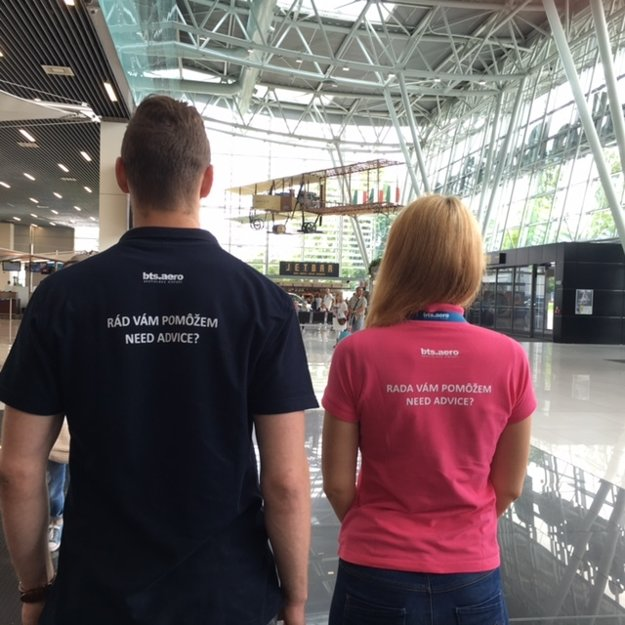 Informátori brigádnici budú na bratislavskom letisku pomáhať menej skúseným pasažierom.
