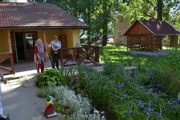 Seniori sa vzorne starajú aj o svoju záhradku.