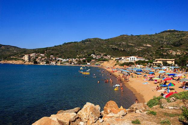 Pláž v Giglio Campese na ostrove Giglio.