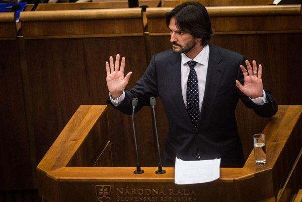 Ministra vnútra Roberta Kaliňáka spolustraníci podržali, no jeho zotrvanie vo funkcii stále nie je isté.