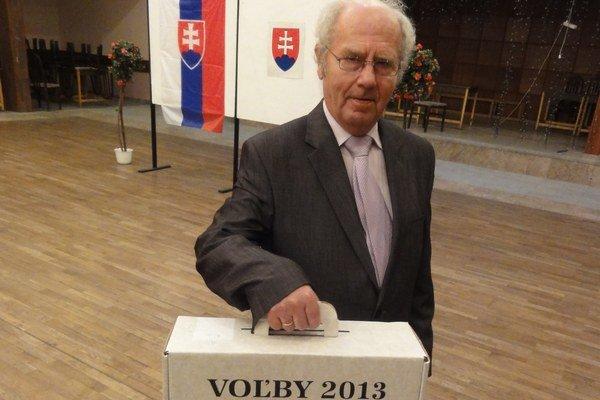 Predseda volebnej komisie M. Kozlík s prenosnou schránkou.