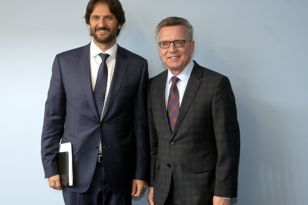 Na snímke podpredseda vlády a minister vnútra SR Robert Kaliňák (vľavo) a nemecký minister vnútra Thomas de Maiziere (vpravo).