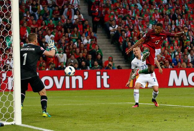 Nani strieľa gól do siete Islandu.