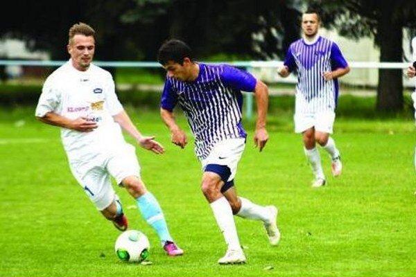 Rezerva FC Nitra remizovala s Komárnom 1:1. V bielom vľavo Kutra a vpravo autor gólu Kemláge.